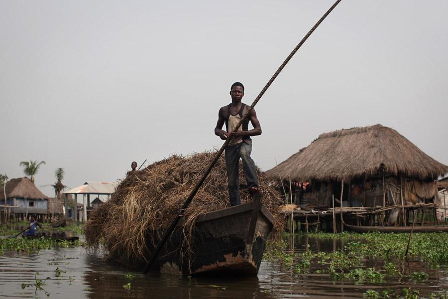 Un pêcheur à Ganvié